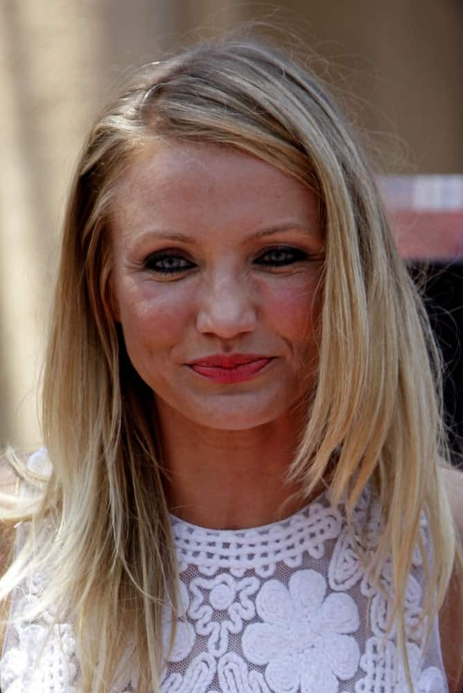 Cameron Diaz was her star ceremony on the Hollywood Walk of Fame in Los Angeles, California last June 22, 2009. She wore a beautiful white patterned outfit while her blond hair was loose, tousled and layered.
