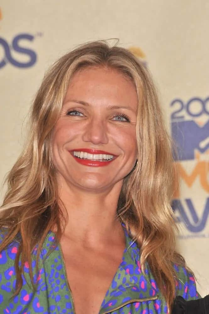 During the 2009 MTV Movie Awards, Cameron Diaz flashed her iconic beautiful smile. She attended with her medium-length, wavy tousled hair parted in the middle with subtle highlights.