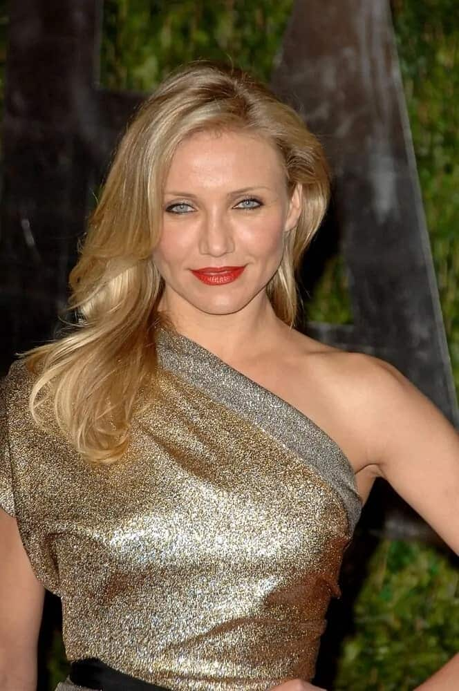 Cameron Diaz was simply stunning in her goddess-cut golden dress with her side-swept wavy and layered hairstyle during the 82nd Annual Academy Awards at the Kodak Theatre, Hollywood last March 7, 2010.