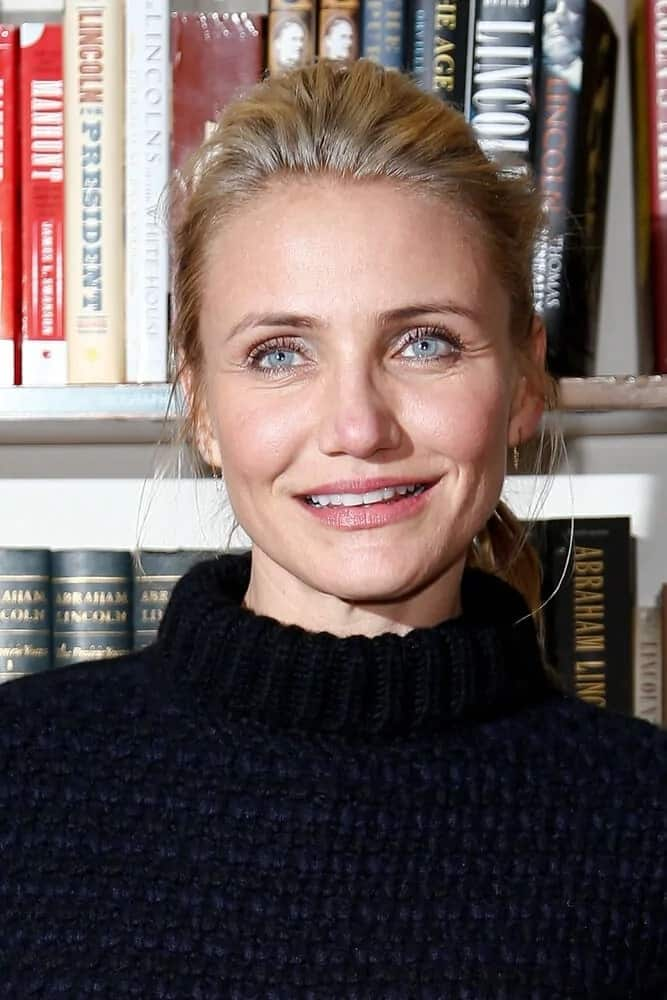 Cameron Diaz wore a comfortable dark knit sweater with the messy blond ponytail she wore last January 13, 2014 for her book signing in The Book Revenue, NYC.
