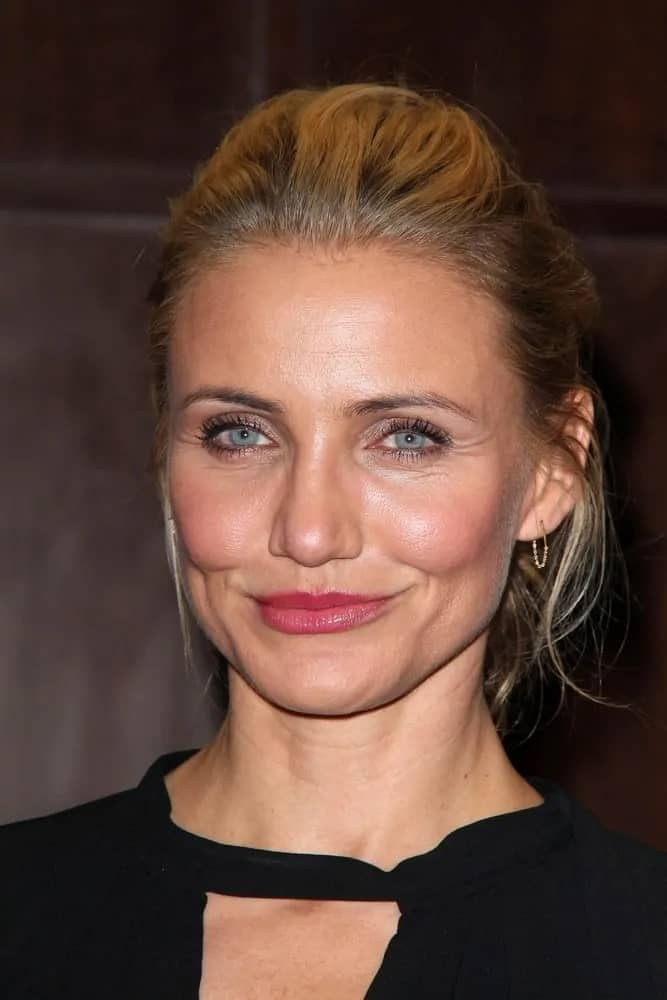 The American actress, Cameron Diaz, pulled back her ombre locks into high ponytail, leaving a few tendrils out over her ears at the Cameron Diaz Signs