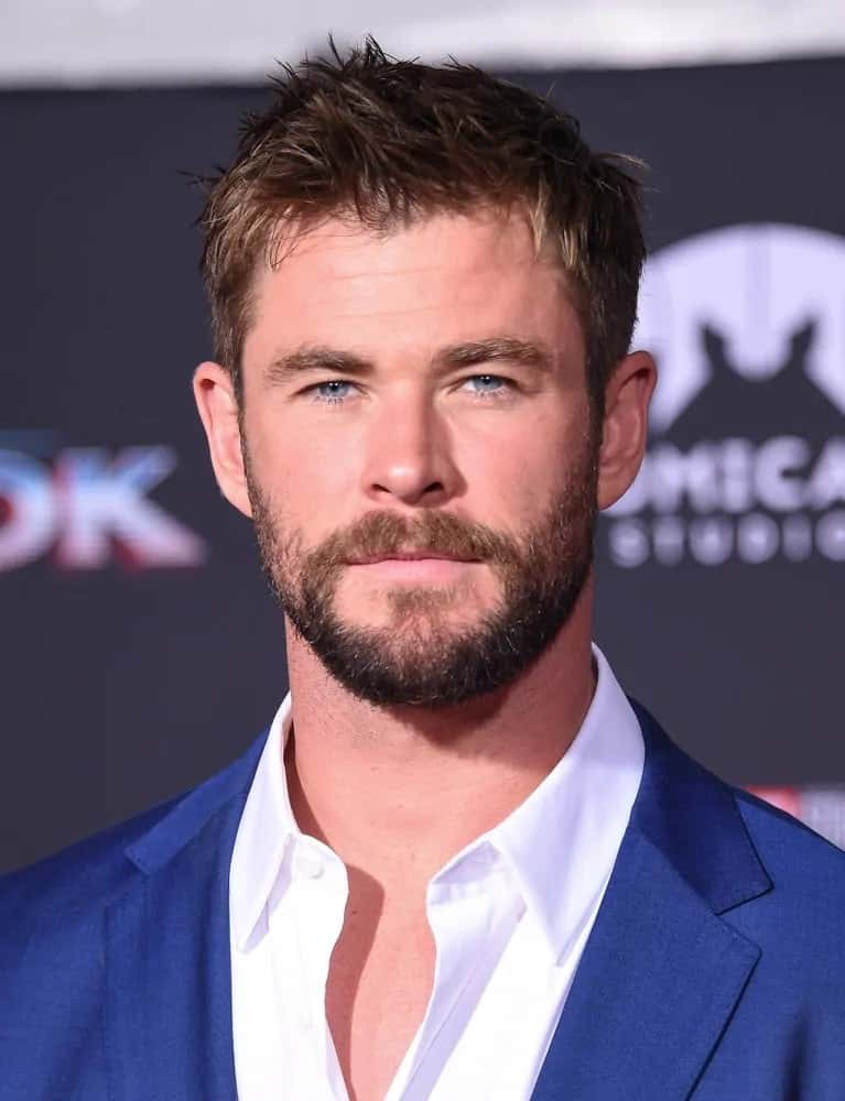 During the 2017 world premiere of Thor Ragnarok, the actor arrived with his short spiky hairstyle and beard wearing a dapper blue suit.