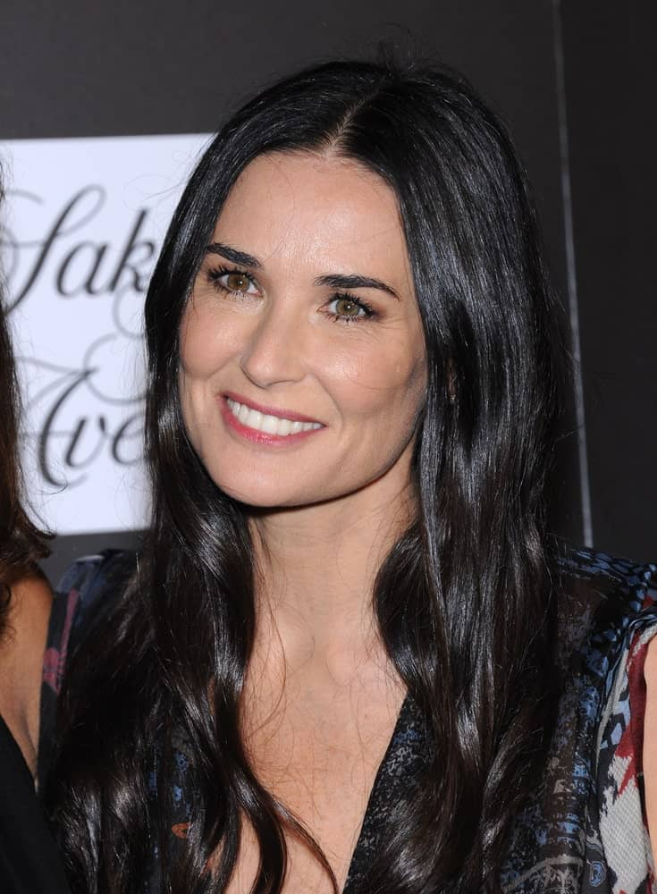 During the 5th Annual PSLA Autumn Party on October 8, 2014, Demi Moore shows off her loose wavy hair in jet black. It has been parted in the middle accentuating her gorgeous cheekbones.