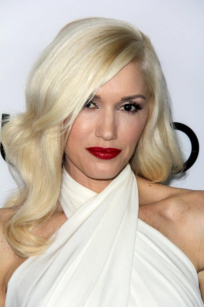 """Gwen Stefani arriving at the """"The Bling Ring"""" Los Angeles Premiere in a classic blonde hairstyle with a bold red lipstick."""