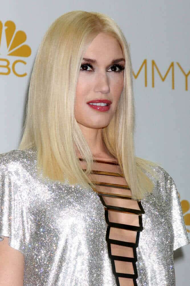 Gwen Stefani paired her dazzling outfit with a minimalistic hairstyle during the 66th Primetime Emmy Awards held last August 25, 2014.  Her medium-length, blonde hair is straightened and styled in a center-parted manner.