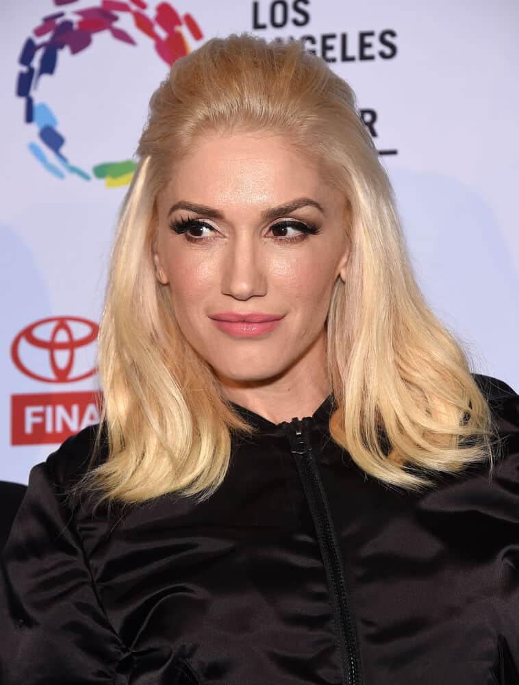 Gwen Stefani arrives to the An Evening With Women on May 16, 2015 in a simple, medium-length half-up the goes well with her all-black outfit.