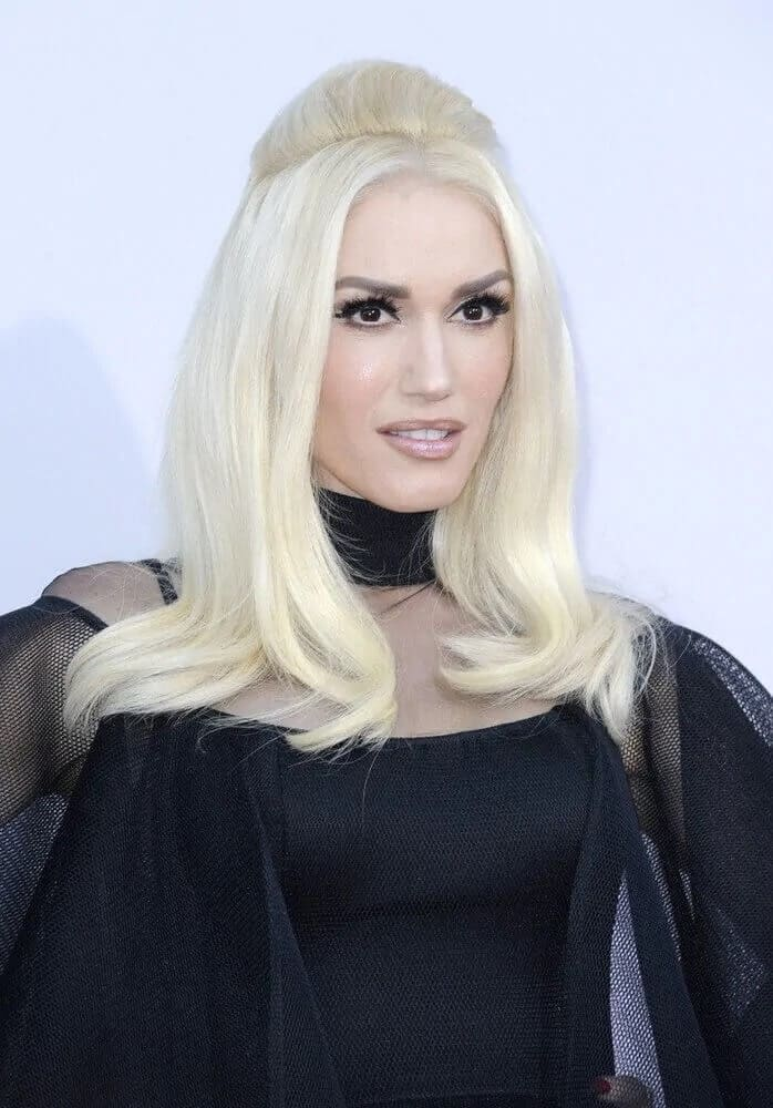 Gwen Stefani opted for a vintage elegant look with her semi-teased half-up platinum blond hairstyle during the American Music Awards 2015 last November 22, 2015.