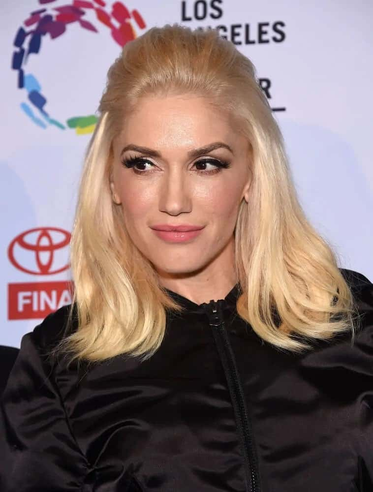 Gwen Stefani attended the An Evening With Women last May 16, 2015 in a simple, medium-length half-up hairstyle that goes quite well with her all-black outfit and simple make up.