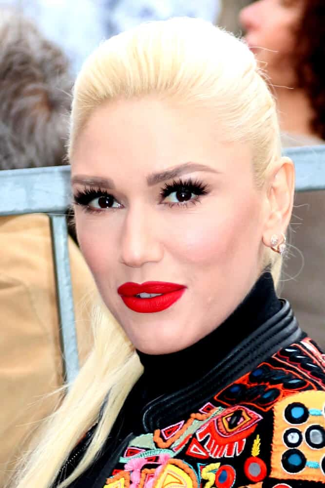 Last February 10, 2017, Gwen Stefani attended the Adam Levine Hollywood Walk of Fame Star Ceremony wearing a modern, vintage outfit incorporated with a simple ponytail.