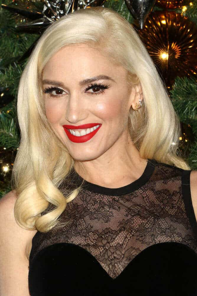 The classic yet iconic look of  Gwen Stefani includes this blonde, vintage waves that she wore during the Empire State Building and kick off the holiday season on November 20, 2017, in New York City.