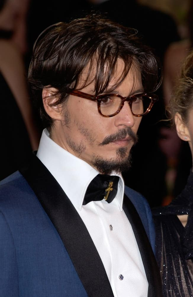 Johnny Depp wore his bright blue suit with his long and tousled hair that complements his glasses at the 77th Annual Academy Awards at the Kodak Theatre in Hollywood last February 27, 2005.