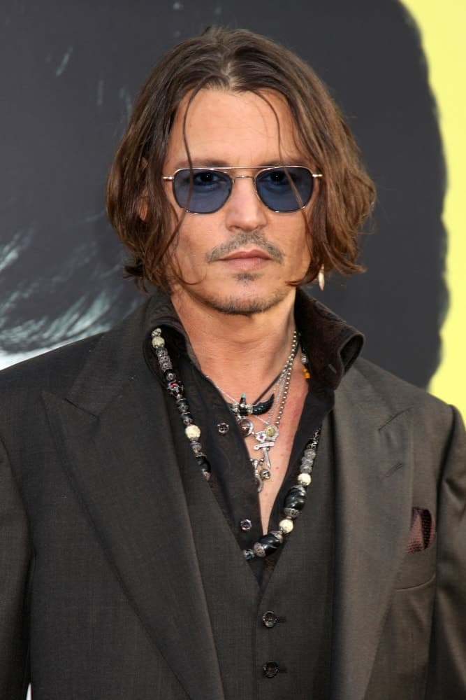 Johnny Depp opted for a long and wavy bob hairstyle with highlights at the