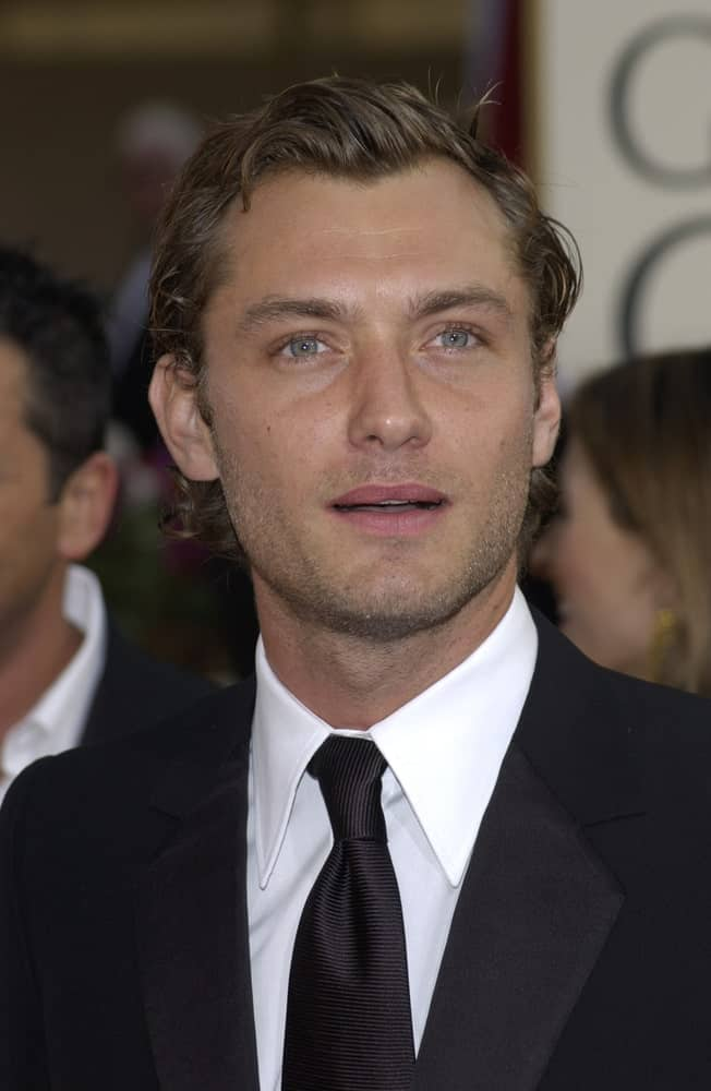 Jude Law wore his short brown hair slicked and side-parted with curls at the tips when he attended the Golden Globe Awards at the Beverly Hills Hilton Hotel last January 19, 2003.
