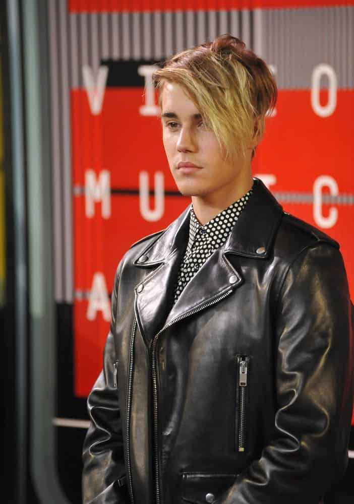 The singer attended the 2015 MTV Video Music Awards last August 30, 2015 with a side-parted blonde hair incorporated with long side bangs.