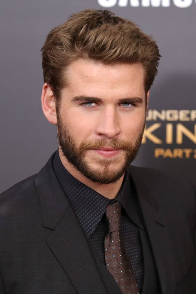 The Australian actor looking all gorgeous and dreamy with his semi-spiky hair that goes perfectly with his tight beard. This was taken during the premiere of