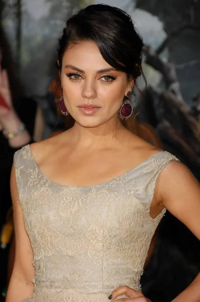 The Hollywood star Mila Kunis was lovely in her white dress and messy upstyle hair with side-swept bangs at the Oz The Great and Powerful World Premiere last February 13, 2013.