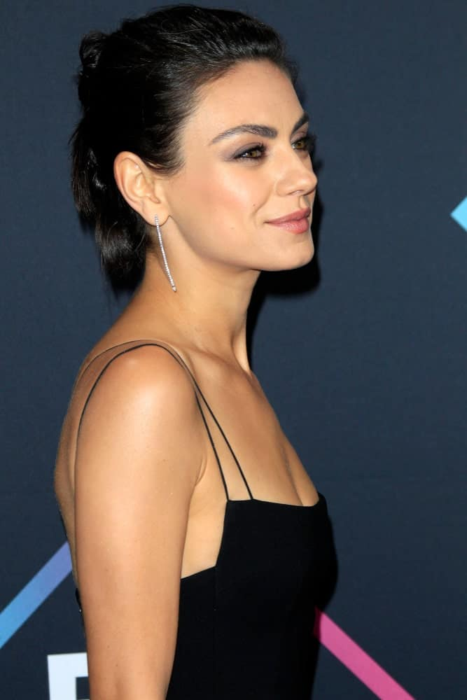 Mila Kunis exuded poise and sophistication in her black dress and messy bun hairstyle to her raven hair at the People's Choice Awards 2018 at the Barker Hanger last November 11, 2018 in Santa Monica.
