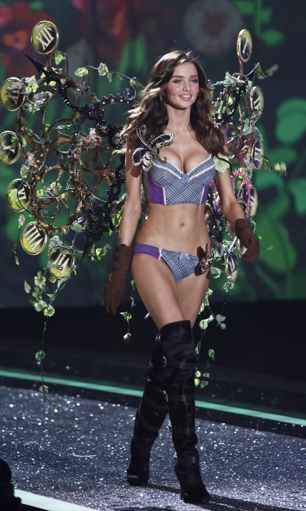 The model slayed the runway during the Victoria's Secret Fashion Show on November 19, 2009 in a sexy outfit complemented with volumized dark brown waves.