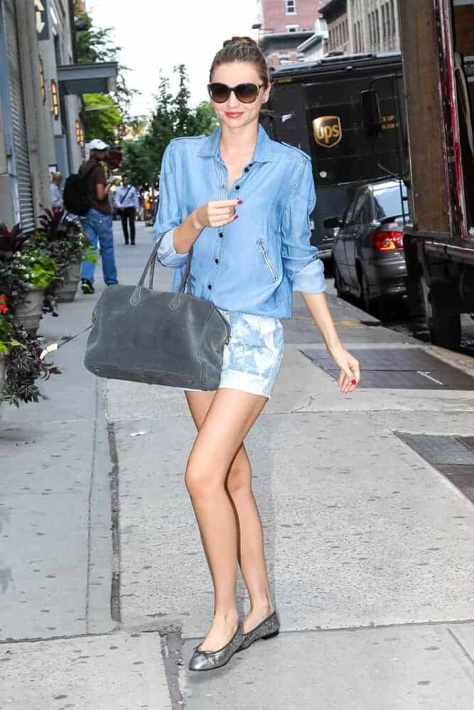 Last June 17, 2013, Miranda Kerr was seen running errands on New York City. She graces the city with her casual clothes and stylish sunglasses incorporated with a neat, high bun.