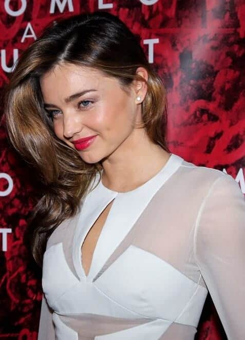 Miranda Kerr attended the opening night of 'Romeo And Juliet' play last September 19, 2013 in an elegant white dress matched with a carefree, loose hairstyle.