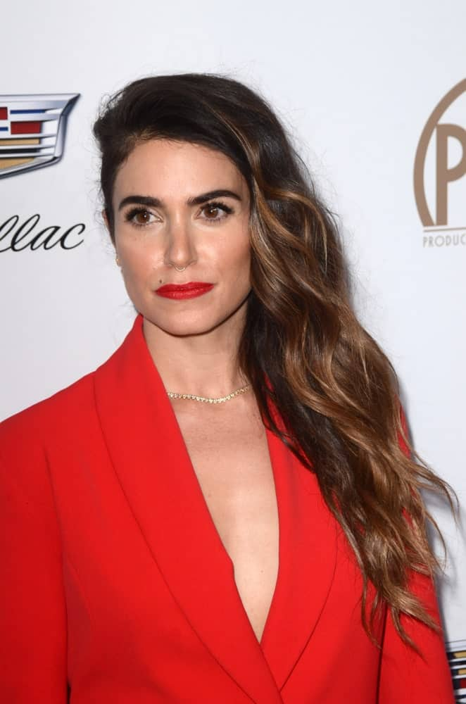 The model was seen at the Producers Guild Awards 2018 last January 20th with her long tousled waves gathered on one side. Her brunette hair was highlighted with auburn tones that go perfectly with the red suit and matching lipstick.