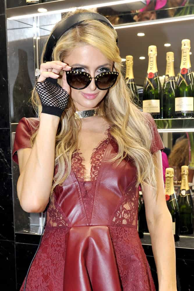 Last December 25, 2017, Paris Hilton was spotted in Milan, Italy sporting a carefree and funky hairstyle incorporated with a black headphone and sunglasses.