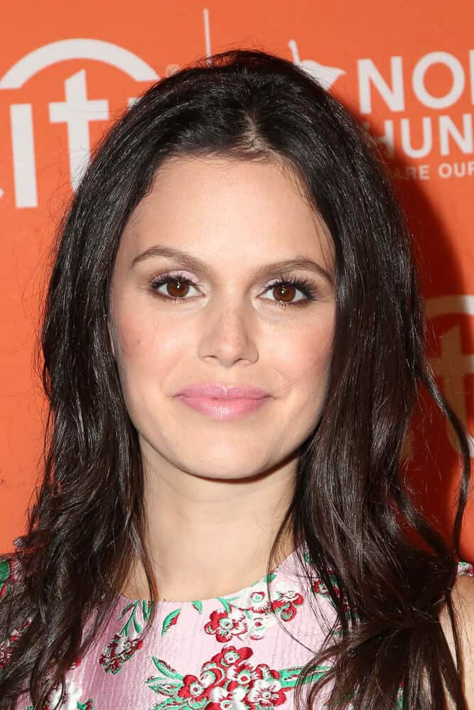 Rachel Bilson in her typical dark-colored, messy hair paired with a light-toned make up look during the No Kid Hungry Benefit Dinner at the Four Seasons Hotel on October 14, 2015.