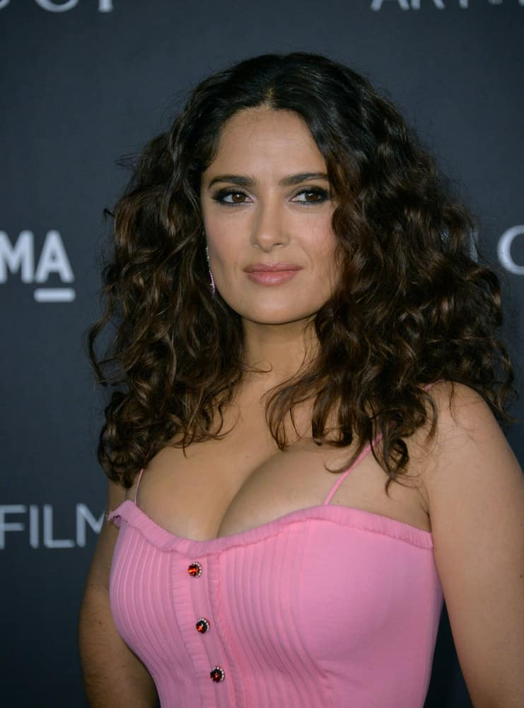Last November 7, 2015, Actress Salma Hayek Pinault was at the 2015 LACMA Art+Film Gala at the Los Angeles County Museum of Art. She paired her thick curly hair with a bright bubble gum pink dress.
