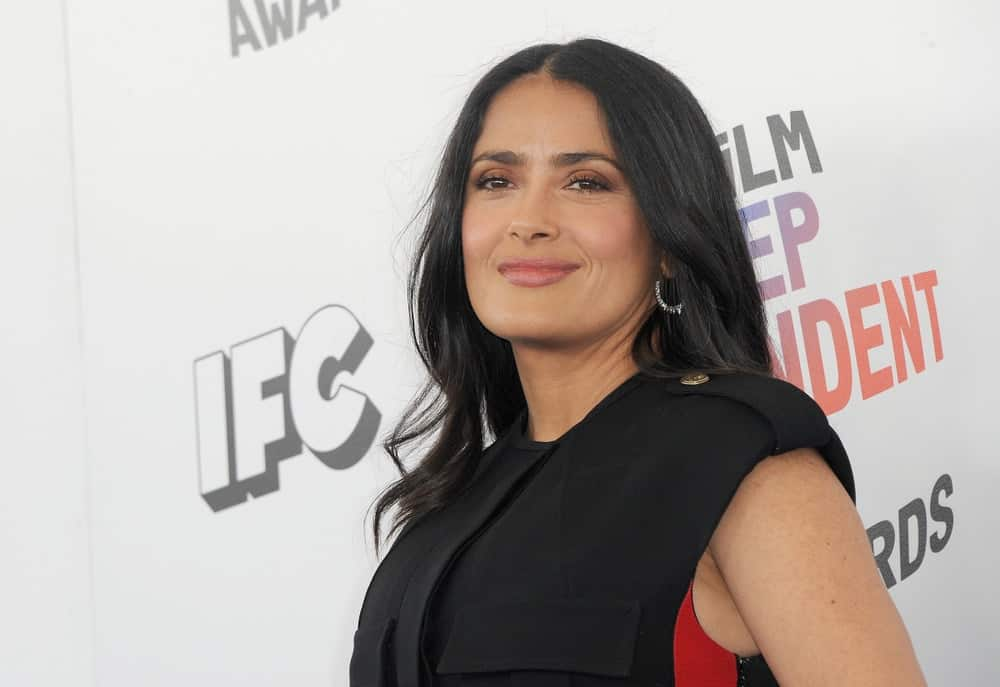 Salma Hayek was at the 2018 Film Independent Spirit Awards held at Santa Monica Beach last March 3, 2018. She wore a black outfit that goes well with her loose and tousled raven hair with soft curls at the end.