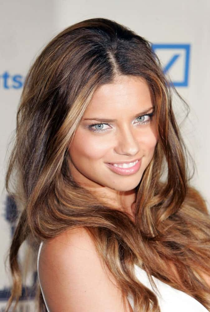 Adriana Lima was at the 2006 Cipriani Deutsche Bank Concert in New York last June 22, 2006. She was showcasing a sunny smile that is mirrored by her long beach waves hairstyle with highlights.