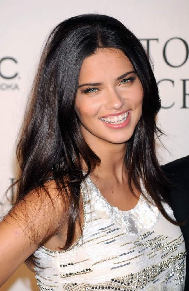 The Brazilian model was at the 2009 Victoria's Secret WHAT IS SEXY List Party in New York last February 11, 2009 wearing a simple white detailed blouse complemented by her long dark waves parted in the middle.