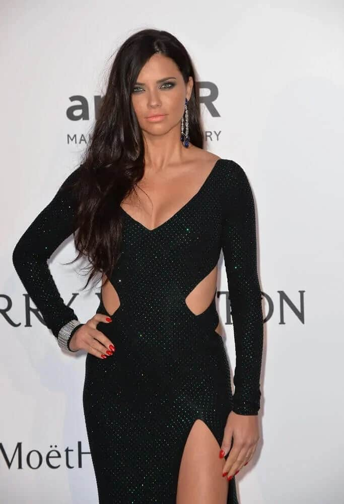 Adriana Lima had an effortless side-parted hairstyle that is slightly tousled during the 2015 amfAR Cinema Against AIDS gala held last May 21, 2015. She paired this with a black dress that elevates her elegance and sophistication.