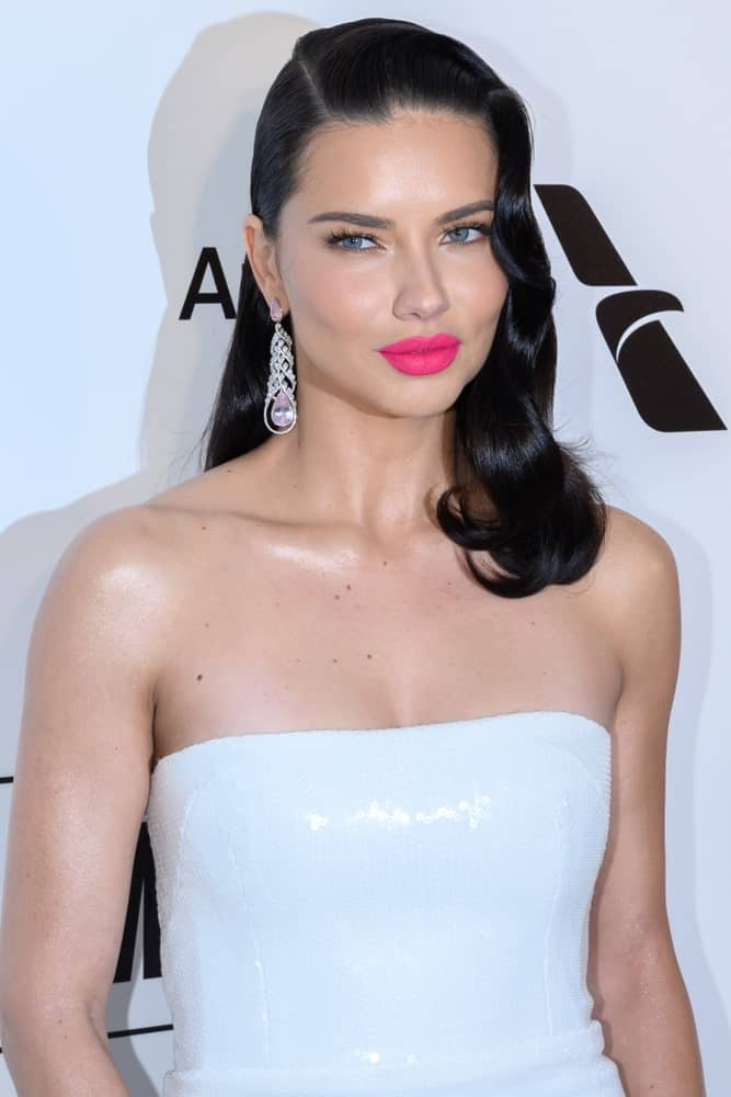 The 27th annual Elton John AIDS Foundation party 2019 was attended by Adriana Lima who has a black side-swept wavy hair to emphasize her gorgeous earrings.