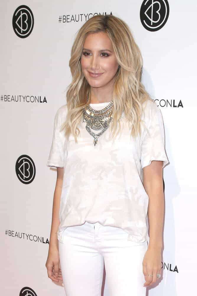 The actress exhibited the beauty of blonde, beach waves during the 4th Annual Beautycon Festival at the Los Angeles Convention Center last June 9, 2016.