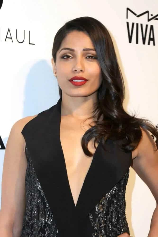 Freida Pinto showcased her sophistication at the 25th Annual Elton John Academy Awards Viewing Party held last April 13, 2017 with her wavy raven hair tossed to one side and classy red lips.