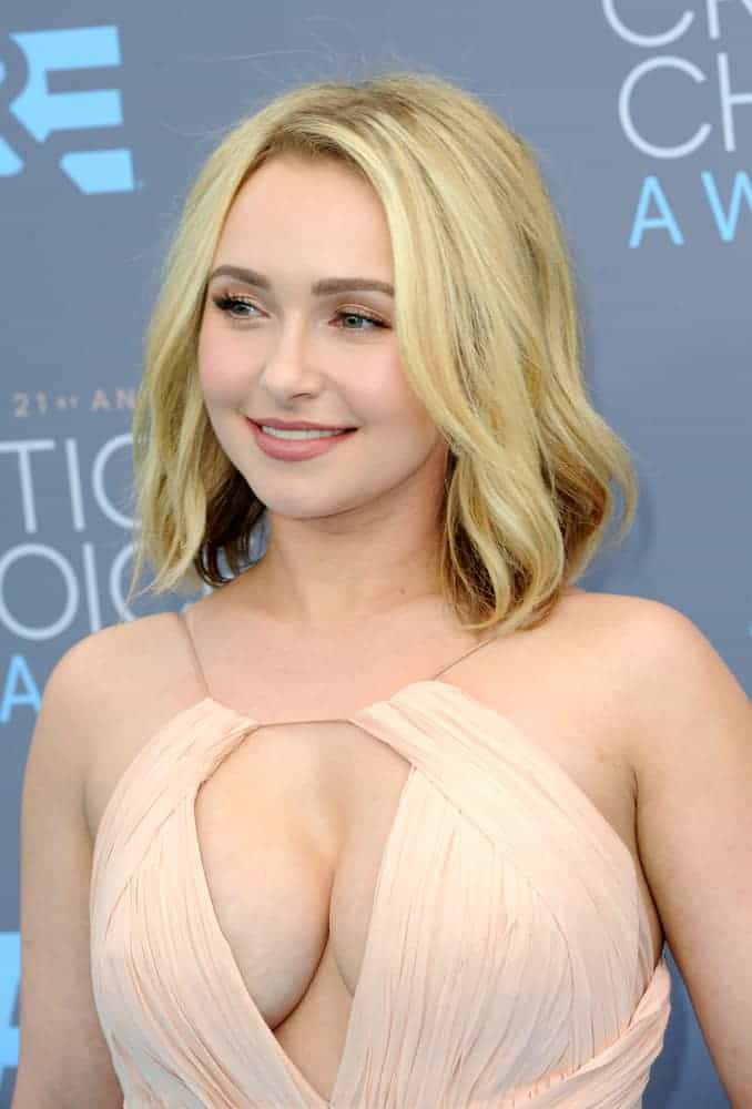 Hayden Panettiere with a natural -looking hairstyle at the 21st Annual Critics' Choice Awards 2016. Natural and chic-looking style perfect with her cream free-flowing long gown.
