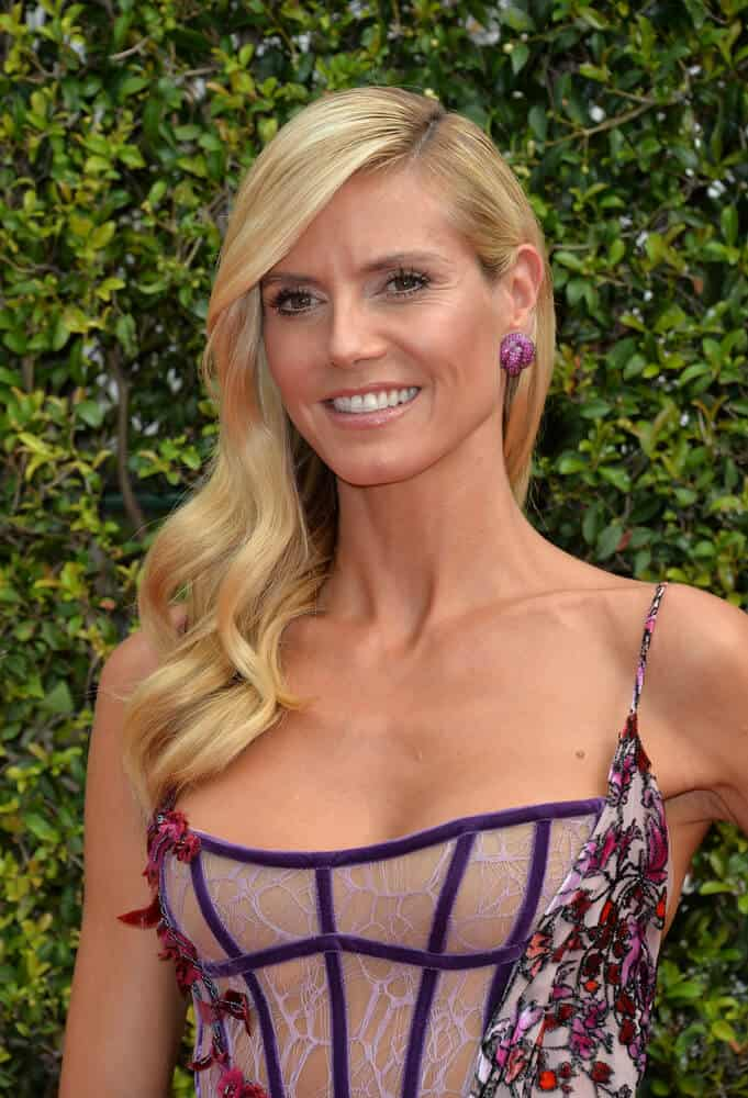 The actress kept it simple and sweet as she attended the 2015 Primetime Creative Emmy Awards in Loose and Wavy Hairstyle.