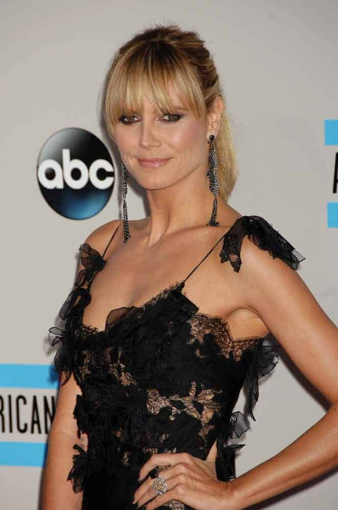 The model as in her most extravagant self as she attended the 2013 American Music Awards with this graceful ponytail with bangs.