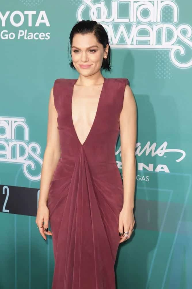 The singer attended the 2017 Soul Train Awards in Las Vegas with her messy slicked back hairstyle and her velvet red night dress and a fresh look on her make-up.