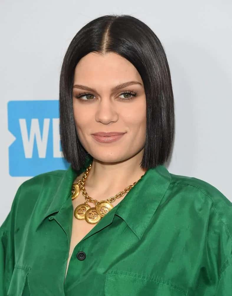 During the WE Day California 2017, the singer wore a green casual outfit with this straight and sleek, short bob hairstyle parted at the center.