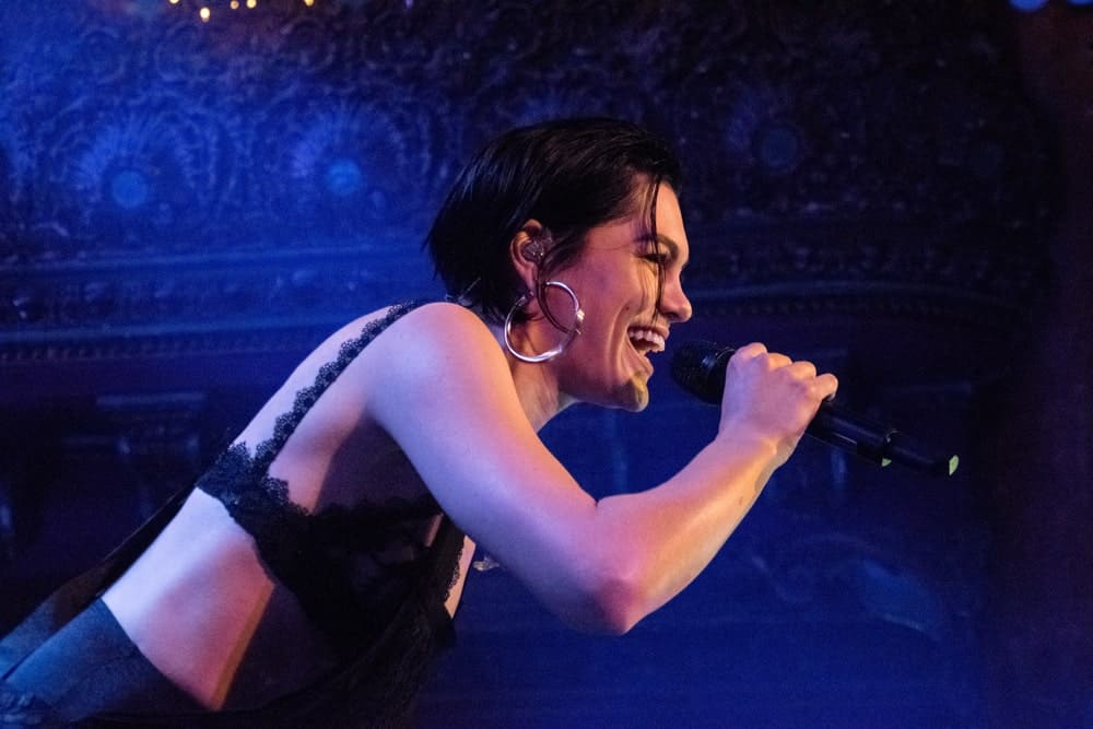 Last October 28,2017, Jessie J was in concert at the Great American Music Hall in San Francisco with her sexy outfit and a slick long pixie hairstyle slightly tousled.