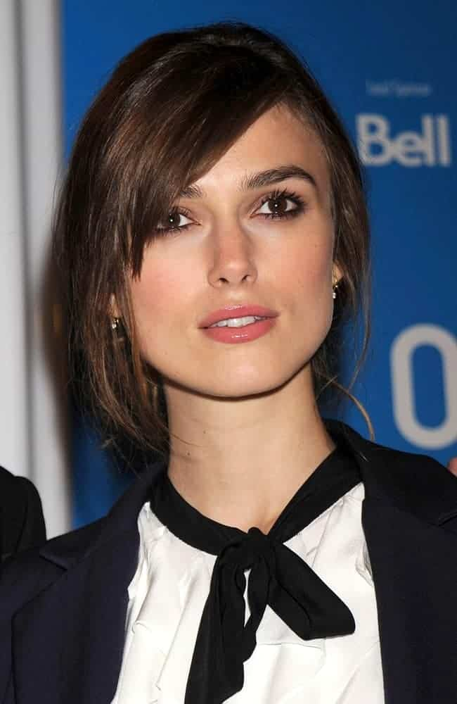 Keira Knightley was at the press conference for The Duchess in Sutton Place Hotel, Toronto, on September 07, 2008. She was quite lovely in her smart casual outfit and messy bun hairstyle incorporated with long side-swept bangs.