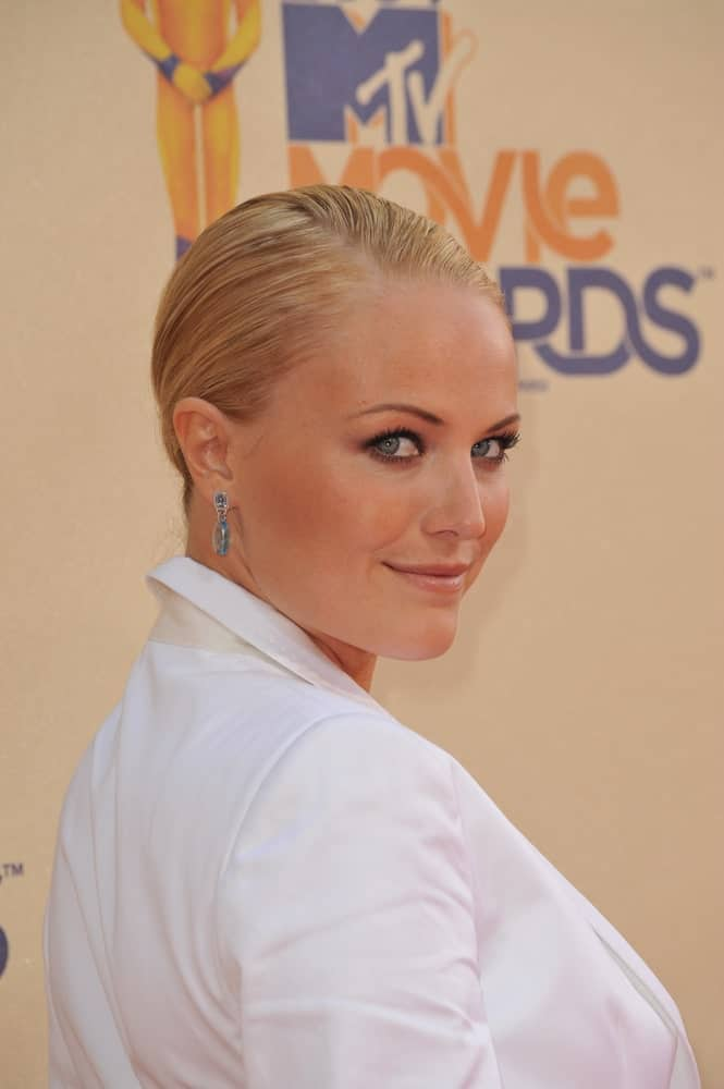 Last May 31, 2009, Malin Akerman attended the 2009 MTV Movie Awards wearing a slick and pinned updo that is neat and sophisticated to pair her smoky eyes.