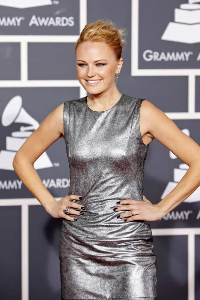 Malin Akerman arrived at the 52nd Annual GRAMMY Awards held at Staples Center in Los Angeles, California last January 31, 2010 wearing a simple silver dress paired with a messy updo that has a slightly reddish brown tone and highlights.