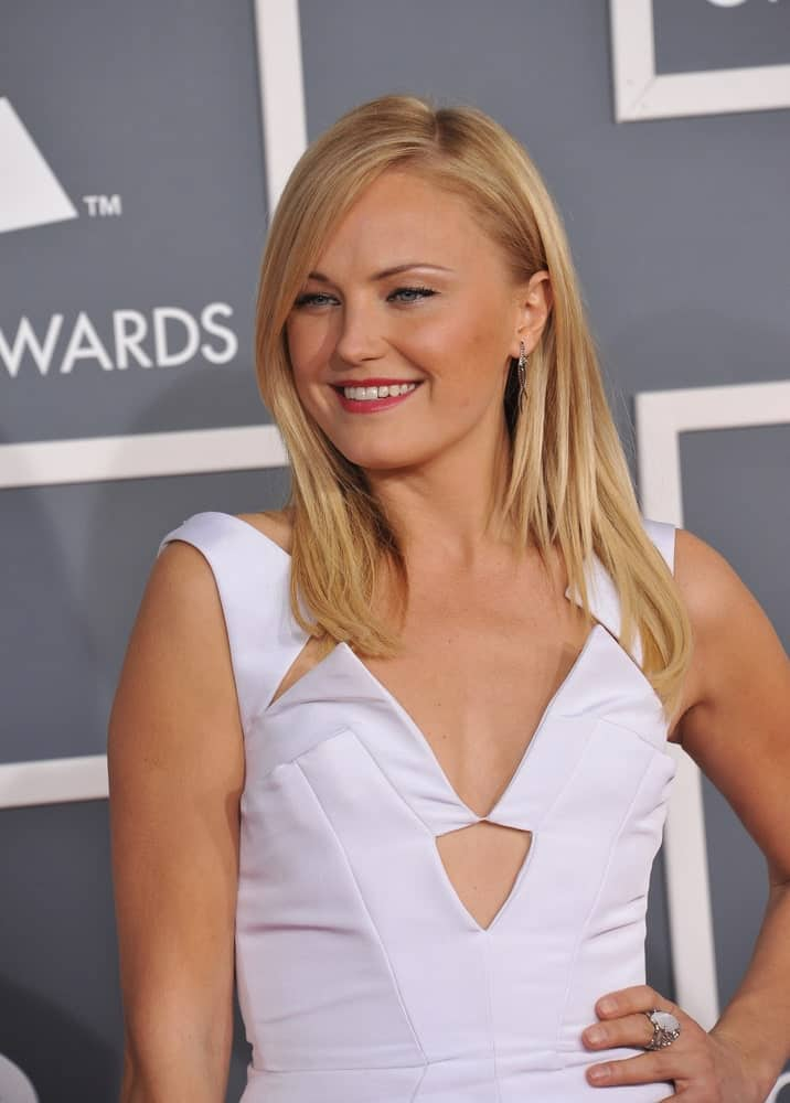 Malin Akerman had a simple straight blonde hairstyle with side-swept bangs for a classy pairing to her white dress at the 54th Annual Grammy Awards last February 12, 2012 in Los Angeles.