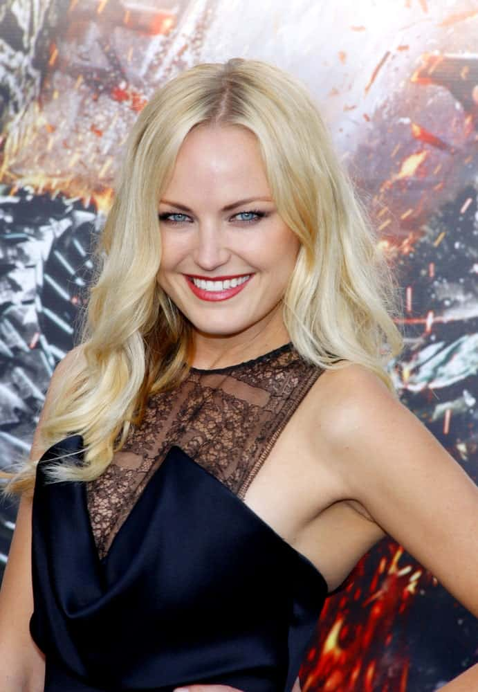 Malin Akerman attended the Los Angeles premiere of 'Battleship' held in Los Angeles last May 10, 2012. Her bright smile matches her bright blond hair that has a loose and wavy style to its layers.