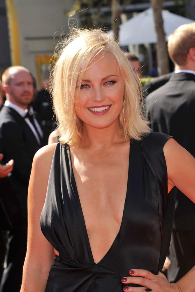 Malin Akerman attended the 2012 Primetime Creative Emmy Awards last September 15, 2012 in Los Angeles with this simple side-parted bob hairstyle shining bright with the sun.
