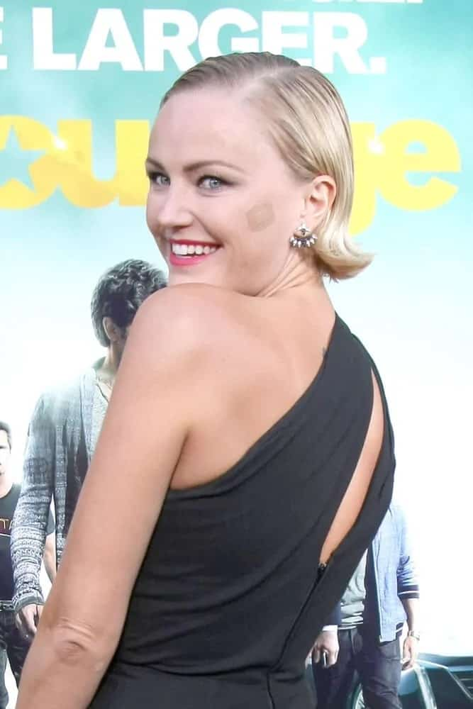 The actress was at the Entourage Movie Premiere last May 2015 wearing a simple black dress, bright smile and a polished, side-parted bob hairstyle.