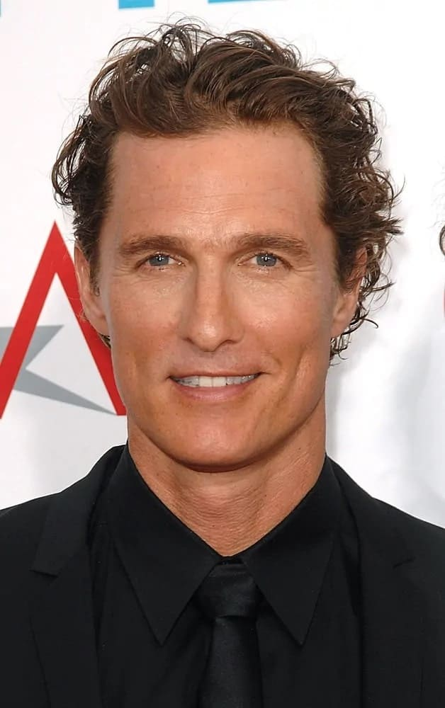 Matthew McConaughey had his dark highlighted wavy and edgy tousled hair swept to the side for the 37th AFI Life Achievement Award and Tribute to Michael Douglas of 2009.