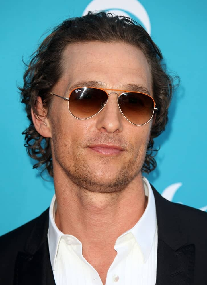 Matthew McConaughey arrived at the 45th Academy of Country Music Awards last April 18,2010 in Las Vegas. He had a black suit, cool shades and a wavy brushed-back hairstyle.